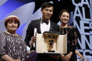 Anthony Chen ganador Cámara de Oro con A. Varda y Jury Zhang Foto V. Hache (AFP)