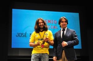 Humberto Vadillo, director general de cultura, entregó el premio a Manuel Jiménez, galardonado en la categoría de Corto Documental