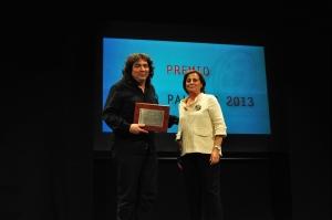 La concejal de cultura de Huesca, Teruca Moreno entregó a Coke Riobóo el Premio Cacho Pallero