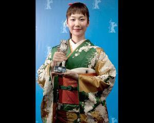 imagen-actriz-japonesa-haru-kuroki-con-el-oso-de-plata-a-mejor-actriz-por-chiisai-ouchi